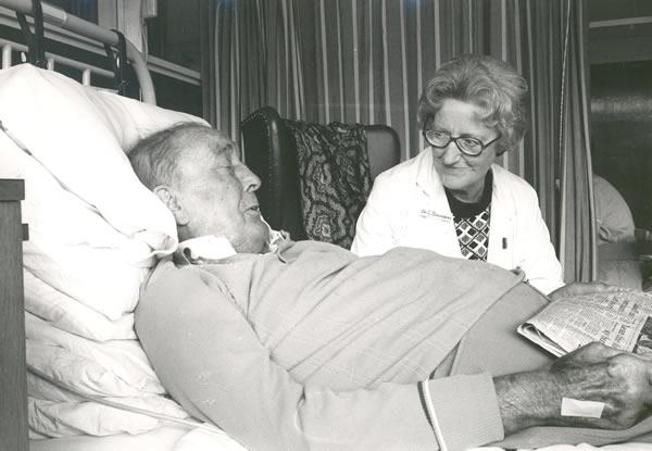 Cicely Saunders con un paziente