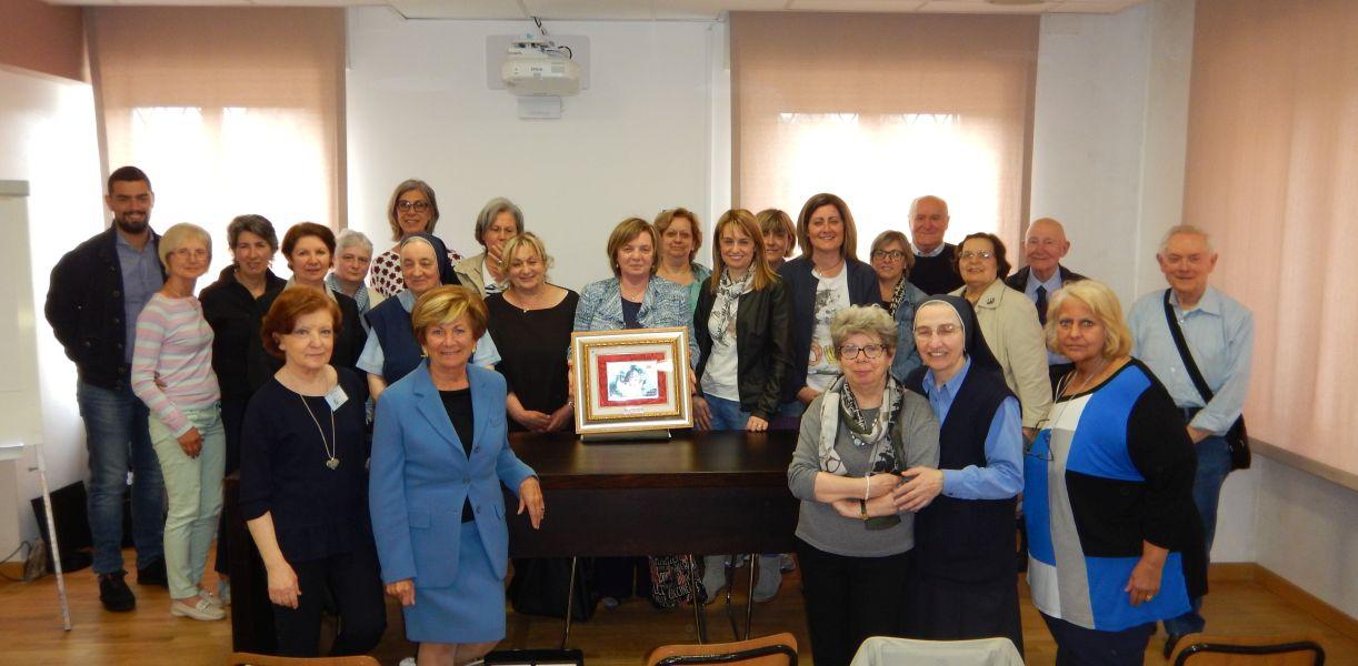 alcuni dei Soci e dei Volontari presenti con la targa del Premio Nazionale Adas Fidas